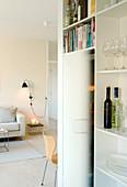 Blick vom Küchenschrank ins Wohnzimmer in Beige und Weiß