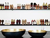 Blick über Schalen auf Regale mit aufgestellten Damenschuhen