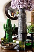 Vase mit Hortensie und Dekokaktus auf Konsolentisch