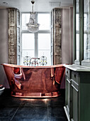 Kupfer-Badewanne vor Fenster