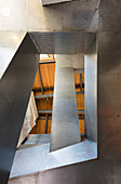 Blick von unten ins Treppenhaus mit labyrinthartiger Architektur