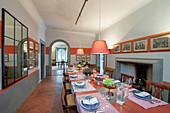 Gedeckter Esstisch in mediterranem Speisesaal