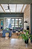 Graue Sofas im offenen Wohnzimmer im Urban Jungle Look