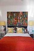 Buntes Gemälde im Schlafzimmer mit vielen Farben