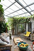 Überdachte Terrasse mit Loungemöbeln im Sommer