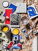 Material und Farbkonzept für buntes Mid Century Wohnzimmer (Farben, Postkarte, Fliese, Schälchen)