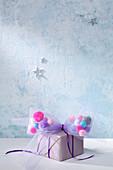 DIY-Tüllschleife mit Pompons auf Geschenk