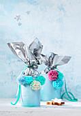 DIY-Geschenkdose zu Weihnachten aus Konservendose, verziert mit Pompons