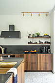 Elegante, maßgefertigte Küche und Kücheninsel mit Holzfront