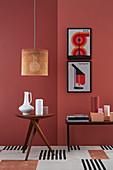 DIY-Lampenschirm aus Wiener Geflecht über Beistelltisch mit Vasen, Konsolentisch und moderne Druck an roter Wand
