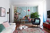 Offener Wohnraum im italienischen Stil mit floral gemusterter Tapete