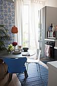 Runder Esstisch in kleiner Wohnküche in Blau-Weiß