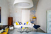 Wohnzimmer im Designerstil im italienischen Altbau mit Bogendecke