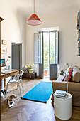 Arbeitszimmer in Altbauwohnung mit Sofa und Schreibtisch