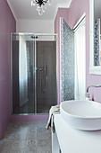 Elegantes Badezimmer mit Duschbereich, Bodenfliesen und Wand in Pastelllila