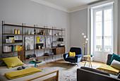Regalwand im Wohnzimmer mit Retro-Charme im Altbau
