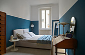 Retro-style bedroom with two-tone walls in blue and white