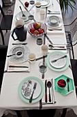 Gedeckter Tisch in Schwarz, Weiss und Mintgrün