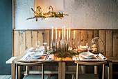 Gedeckter Tisch mit DIY-Kerzendekoration für Weihnachten