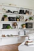 Regal mit Sammlung an nostalgischem Trödel im Wohnzimmer