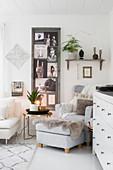 Collage im Ethno-Look im Sammelrahmen im gemütlichen Wohnzimmer