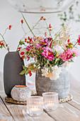 Herbstlicher Strauß mit Dahlien, Rosen, Hagebutten und Gräsern