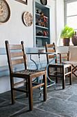 Kaffeetisch und Holzstühle in einem Haus in Griechenland