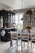 Esstisch in großer Wohnküche im skandinavischen Landhausstil