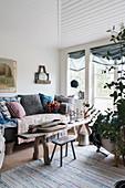 Alte Holzbank als Couchtisch im Wohnzimmer im Landhausstil