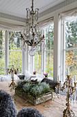 Kronleuchter überm Esstisch mit herbstlicher Blumendeko