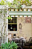Tisch mit Stühlen auf mediterraner Terrasse
