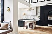 Offene Küche mit schwarzen Einbauten und Marmor in hohem Wohnraum