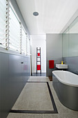 Modern monochromes Badezimmer in Grau-Weiß mit Badewanne und kleinem Waschbecken