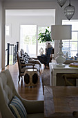 Wohnzimmer mit verschiedenen antiken Sitzmöbeln