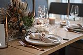 Gedeck in Naturtönen und Gesteck aus Trockenblumen auf Hochzeitstisch