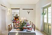 Festlich gedeckter Tisch zu Weihnachten im Landhaus