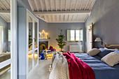 Schlafzimmer mit hellblauen Wänden und Weihnachtsdeko im Landhaus