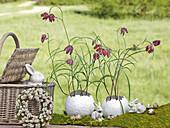 Osterdeko mit Schachbrettblumen in Vasen aus Pappmache