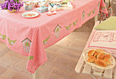 Tischdecke mit applizierten Vogelhäusern und Vögeln