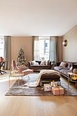 Elegantes Wohnzimmer in Rosa, Gold und Mauve an Weihnachten