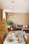 Eleganter Wohnraum in Rosa, Gold und Mauve an Weihnachten