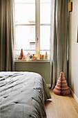 Weihnachtsdeko und Wabenbäume im Schlafzimmer in gedeckten Farben