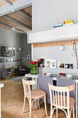 Klappbarer Tisch an der Wand mit Hakenleiste in kleiner Wohnung