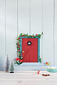 Selbstgemachte Wichteltür als Weihnachtsdeko an der Wand