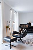 Gemütlicher Ledersessel mit Fußschemel im Wohnzimmer