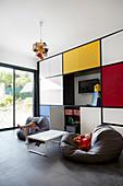 Bunter Einbauschrank im neoplastizistischen Stil im Wohnzimmer