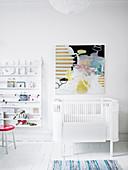Abstraktes Gemälde überm Gitterbett im Kinderzimmer in Weiß