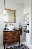 Alte Kommode als Waschtisch mit Aufsatzwaschbecken im Bad