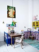 Alter Holztisch, blaue Sitzbank und Stühle im Kinderzimmer