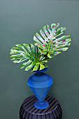 Monstera-Blätter dekorativ verziert mit Aufklebern und Tape-Streifen